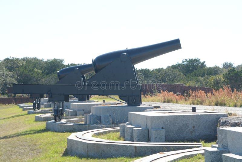 Les batteries de canon au repli de fort restent aujourd'hui à un témoin à l'histoire militaire du 1800's en retard image libre de droits
