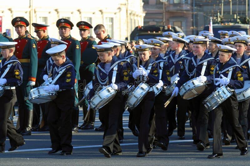 Les batteurs de cadets dans l'uniforme naval au palais ajustent dans le St image stock