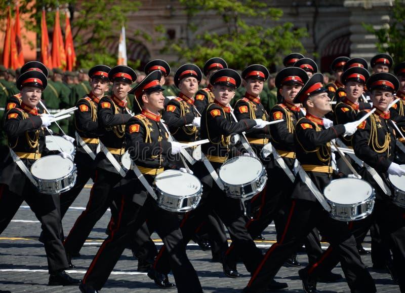 Les batteurs de l'école de musique militaire de Moscou pendant le défilé ont consacré au jour de victoire image libre de droits