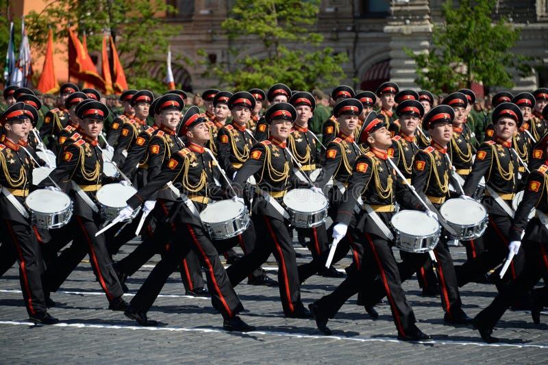 Les batteurs de l'école de musique militaire de Moscou pendant le défilé ont consacré au jour de victoire photos libres de droits