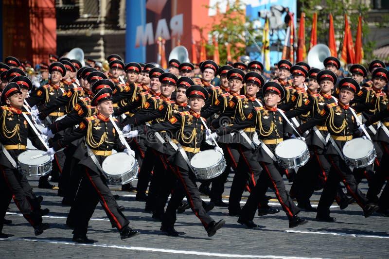 Les batteurs de l'école de musique militaire de Moscou pendant le défilé ont consacré au jour de victoire images libres de droits