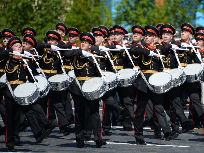 Les batteurs de l'école de musique militaire de Moscou pendant le défilé ont consacré au jour de victoire photos stock