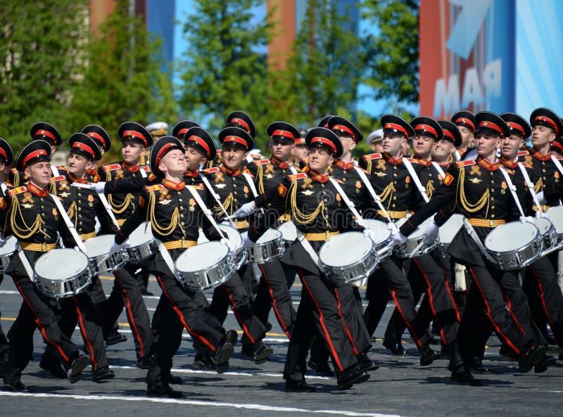 Les batteurs de l'école de musique militaire de Moscou pendant le défilé ont consacré au jour de victoire photo libre de droits