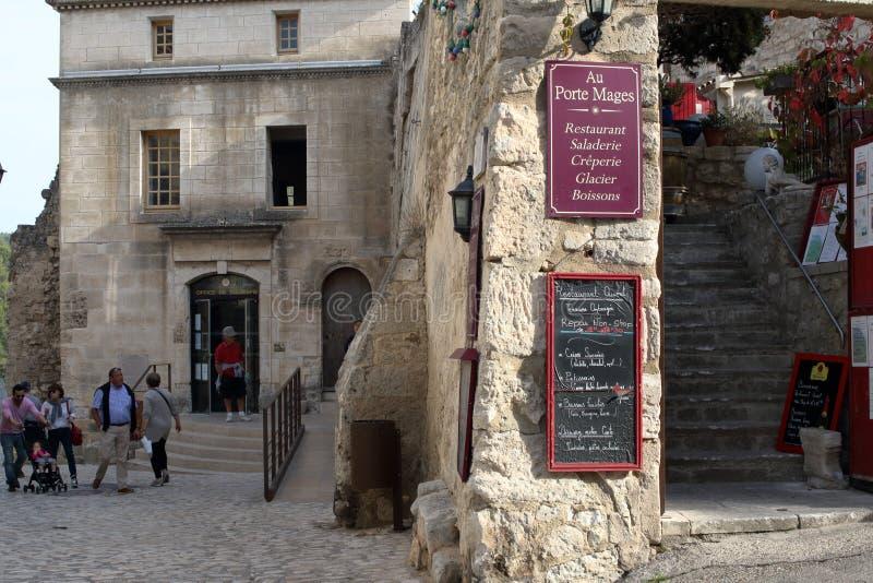 Les Baux-De-Provence, France - 21 OCTOBRE 2017 : Vue de rue, divis?e en deux avions par un mur en pierre photos stock