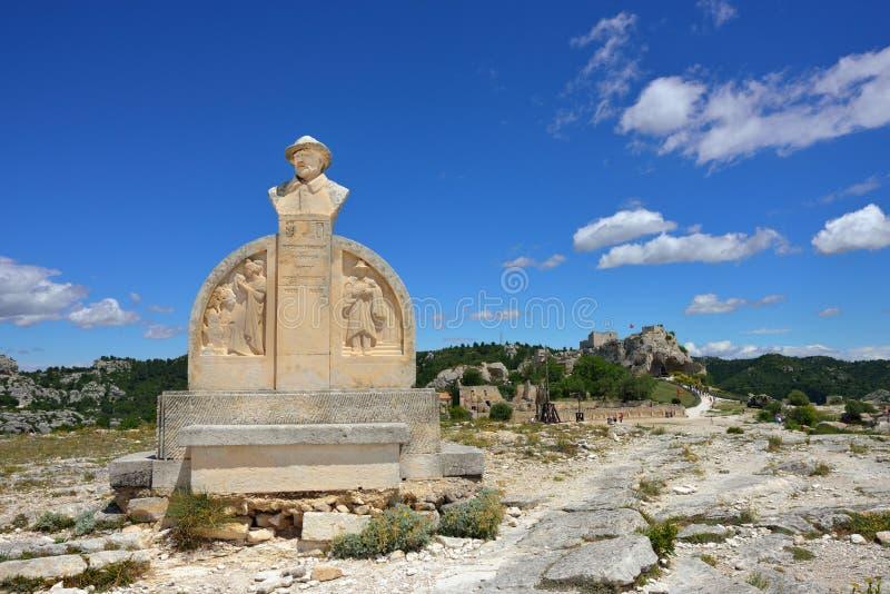 Les Baux, monument av Charloun dou Paradou royaltyfri foto