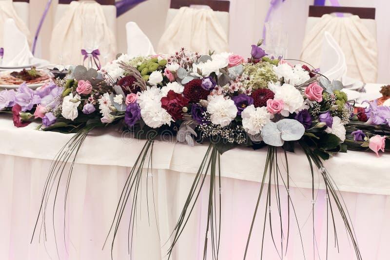 Les beaux bouquets rustiques fleurit à la pièce maîtresse de mariage pour le bri images libres de droits