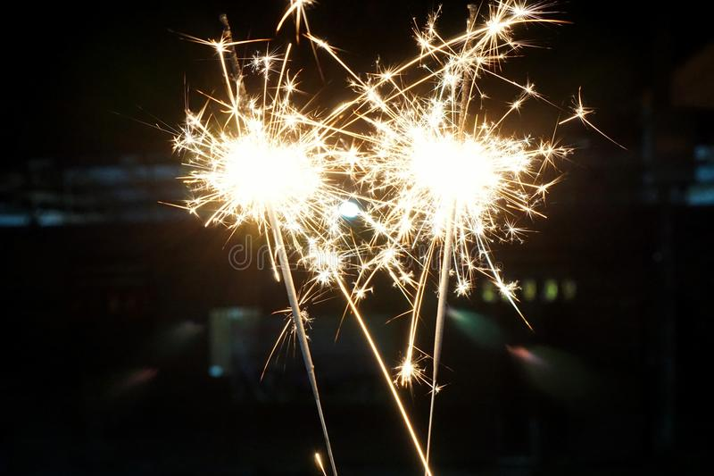 Les beaux cierges magiques mettent le feu à des biscuits pendant la nouvelle année chinoise, images libres de droits