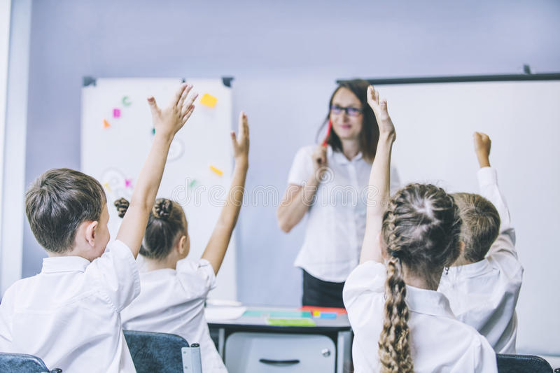 Les beaux enfants sont des étudiants ensemble dans une salle de classe dans le schoo photographie stock libre de droits
