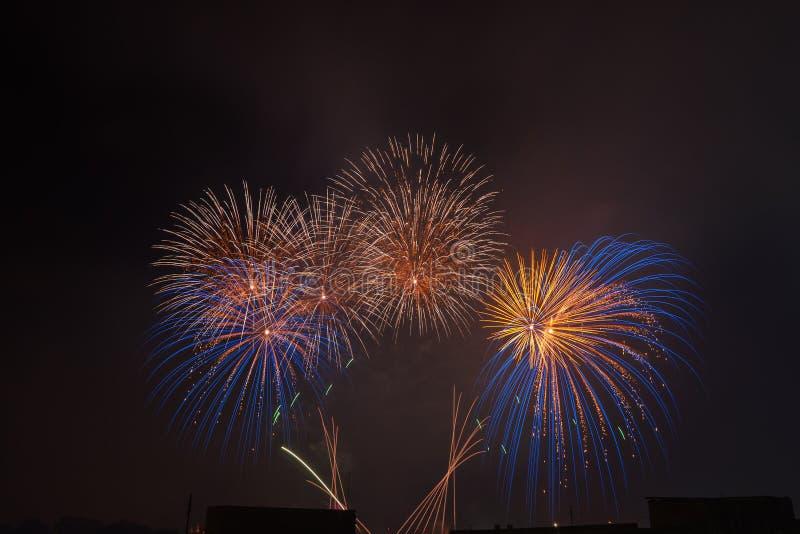 Les beaux feux d'artifice colorés saluent contre le ciel nocturne foncé images stock