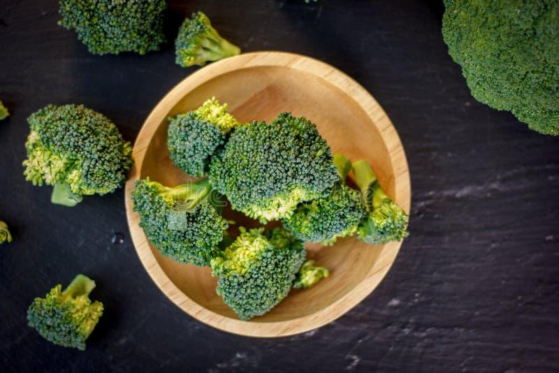 Les beaux fleurons de brocoli d'un plat en bois sur une ardoise embarquent photo stock