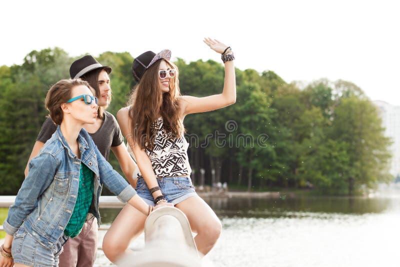 Les beaux jeunes ayant l'amusement dans le parc de ville photo libre de droits