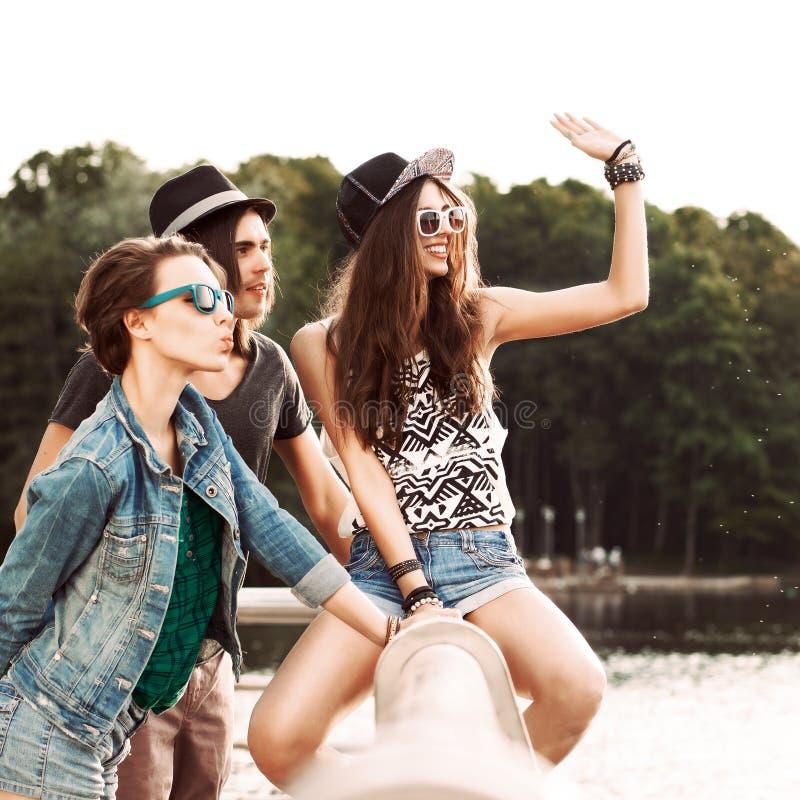Les beaux jeunes ayant l'amusement dans le parc de ville images libres de droits