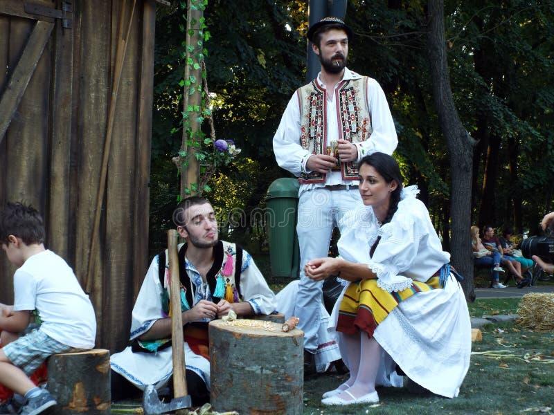 Les beaux jeunes dans des vêtements rustiques roumains photos stock