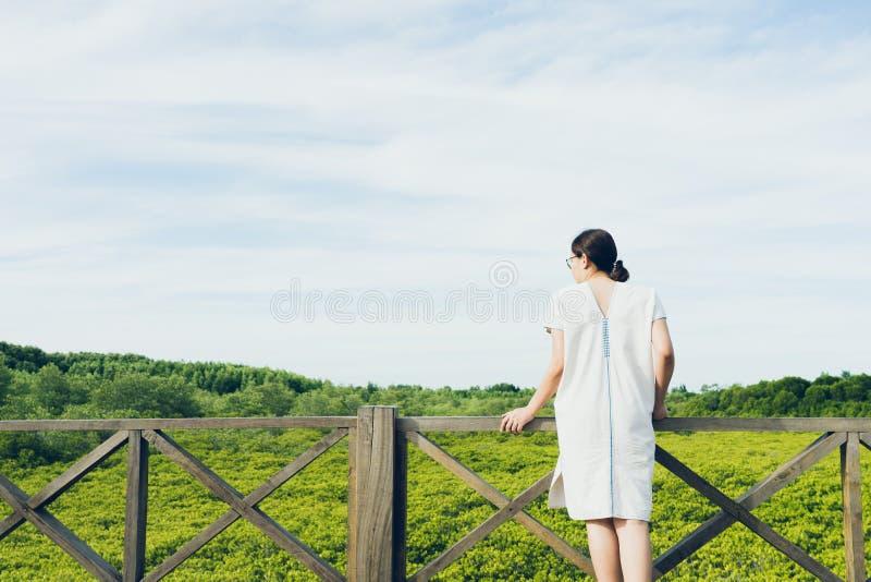Les beaux jeunes touristes se tiennent admirant le decandra de Ceriops de forêt de palétuvier également connu sous le nom de dest photos libres de droits