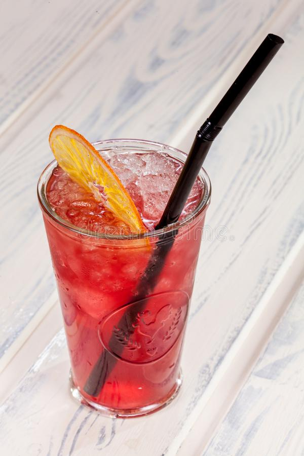 Les beaux, lumineux cocktails de ressort-été ont fait à partir des fruits et légumes fraîchement serrés, sur un fond de grenier photo stock