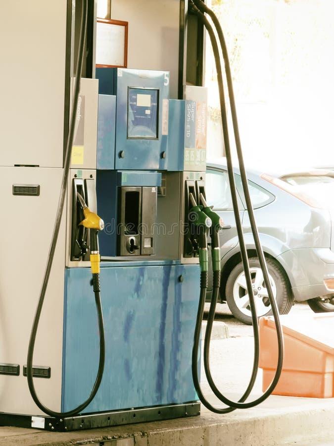 Les becs de pompe pour remplir plusieurs intoxiquent à la station-service photos libres de droits