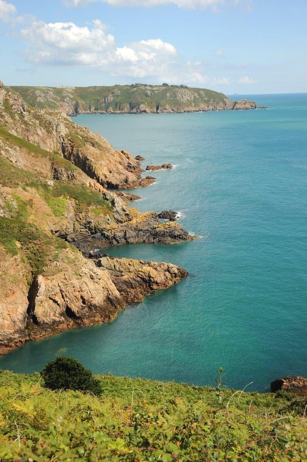 Les belles Îles Anglo-Normandes de côte de Guernesey images stock