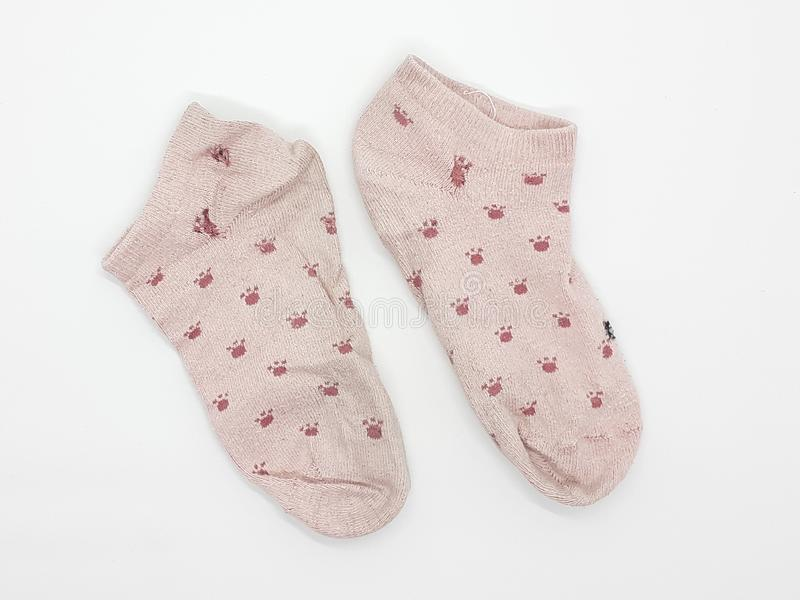 Les belles chaussettes femelles colorées appareillent à l'arrière-plan blanc 01 images libres de droits