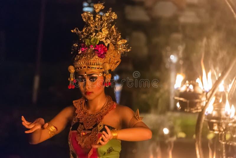 Les belles danses de femme de balinese pendant un feu traditionnel de Kecak dansent la cérémonie dans le temple hindou images stock