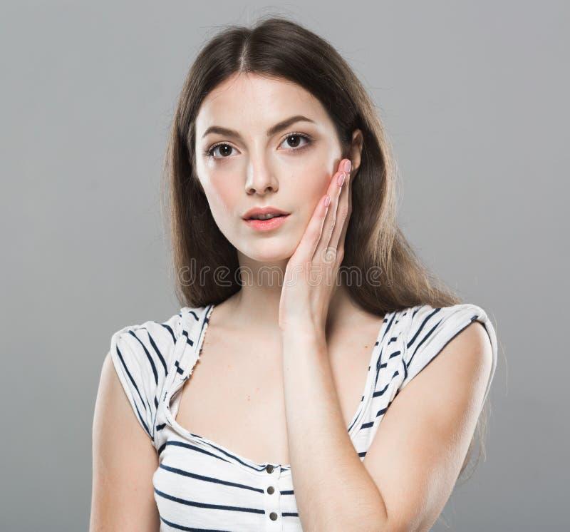 Les belles dents de mal de tête de portrait de jeune femme font mal soumis à une contrainte fatigué photos stock