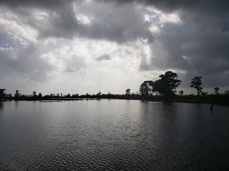 Les belles eaux foncées photo libre de droits