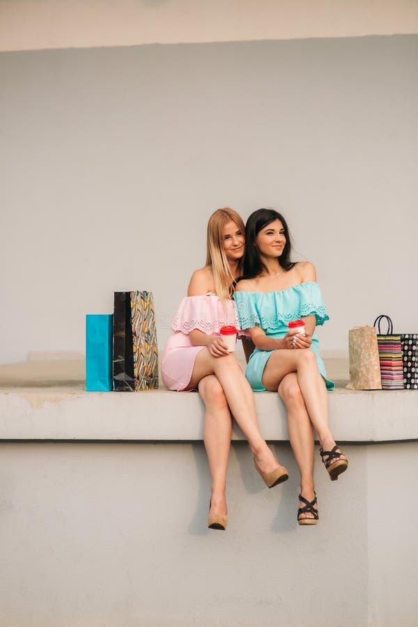 Les belles filles vont faire des emplettes Jour ensoleillé photographie stock libre de droits