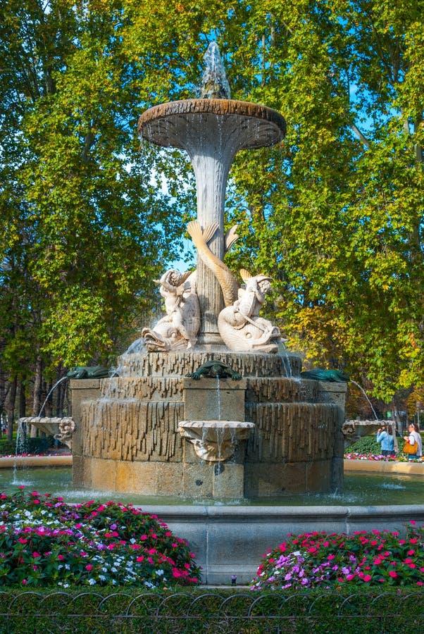 Les belles fontaines dans la ville de Retiro de Madrid se garent photographie stock libre de droits