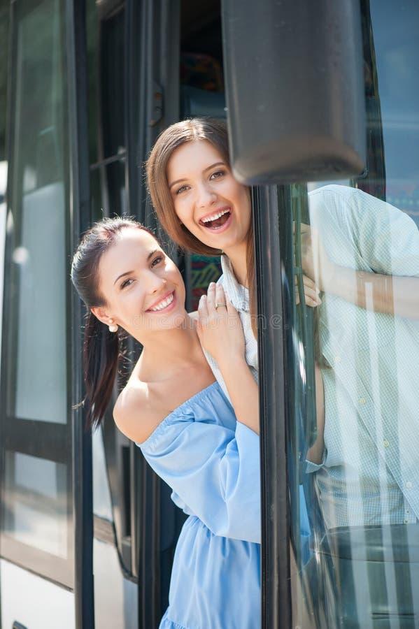 Les belles jeunes femmes font l'amusement dans le transport photographie stock