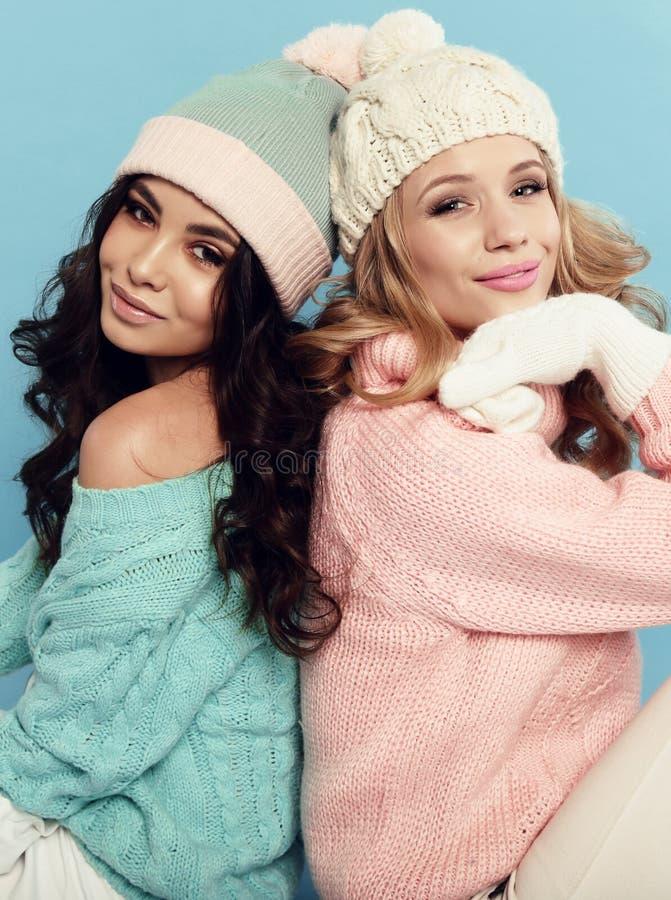 Les belles jeunes filles avec les cheveux bouclés porte les vêtements chauds confortables photo stock