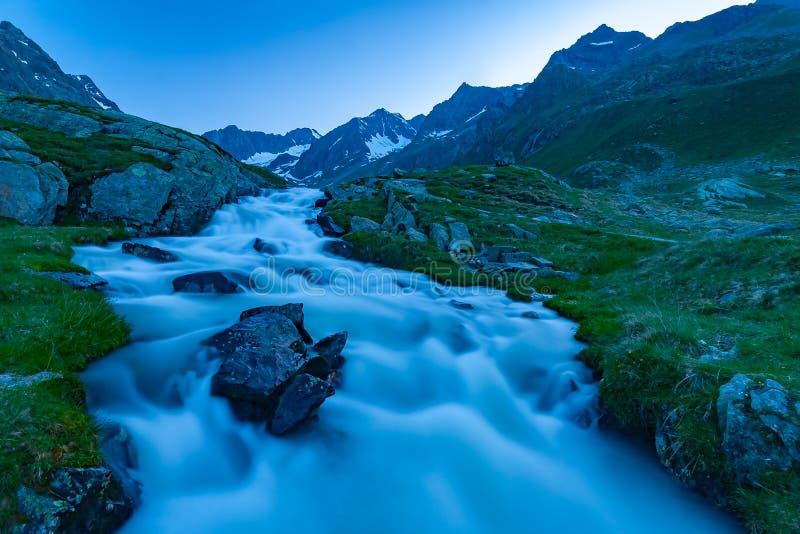 Les belles montagnes d'été aménagent en parc dans des Alpes de Stubai Tyrol près de la nouvelle hutte de montagne de Regensburger photo libre de droits