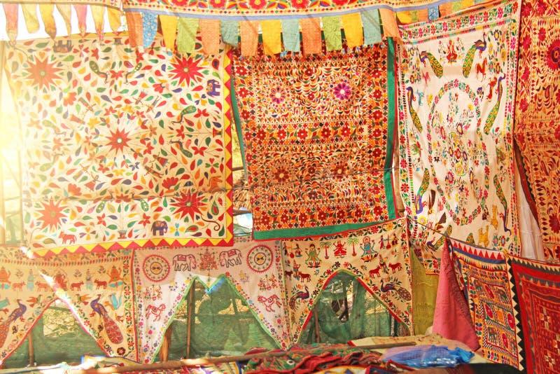 Les belles nappes ou étoles colorées, tissu main-ont brodé des textiles sur le marché des bazars en Inde image stock