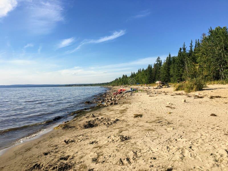 Les belles plages sablonneuses le long de Marten Beach et des eaux du lac slave dans Alberta du nord, Canada un jour chaud d'été images libres de droits