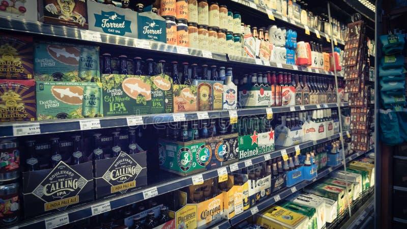 Les bières importées au magasin de Whole Foods photographie stock libre de droits