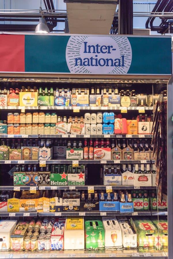 Les bières importées au magasin de Whole Foods photo stock