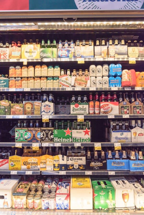 Les bières importées au magasin de Whole Foods image libre de droits