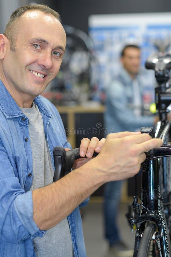 Les bicyclettes de technicien-réparateur PL in FR has S on both words étaient boutique réparée de vélo de vitesse image stock