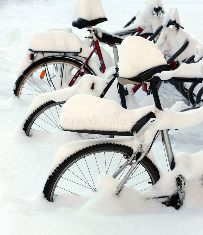 les bicyclettes ont couvert la neige photographie stock libre de droits