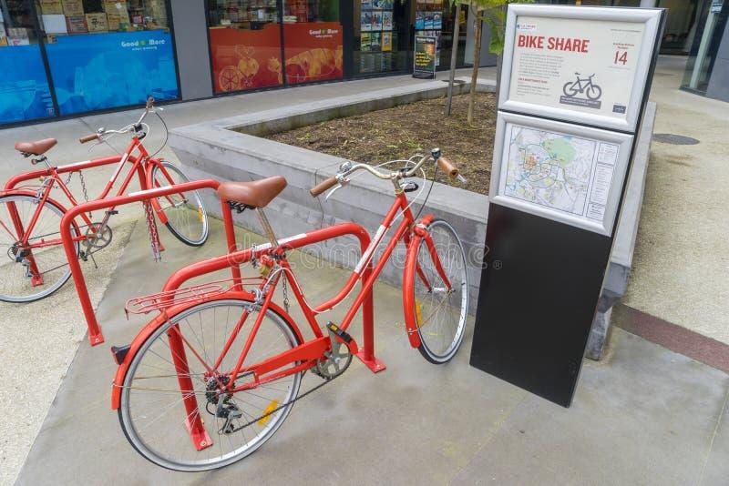 Les bicyclettes rouges de la bicyclette gratuite partagent le programme à Melbourne photographie stock libre de droits