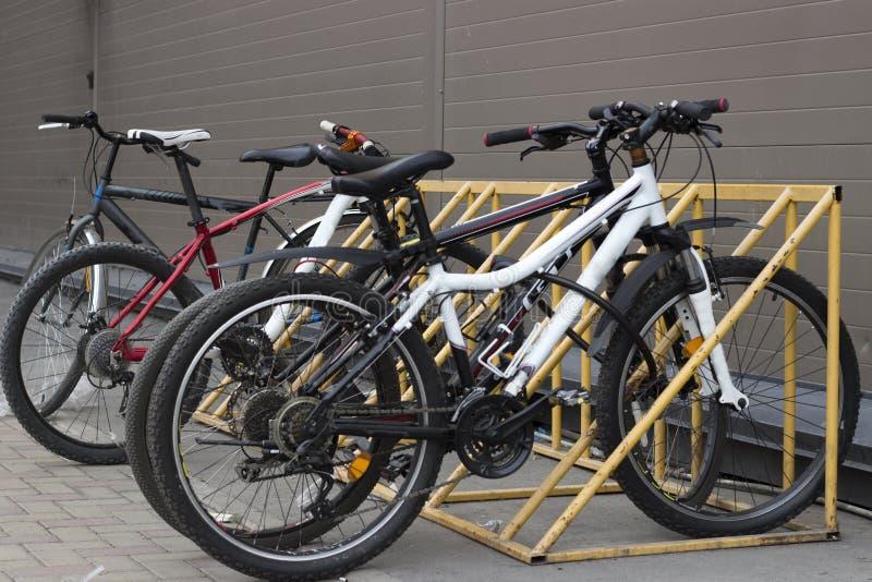 Les bicyclettes se tiennent dans le parking, vue de face photos libres de droits