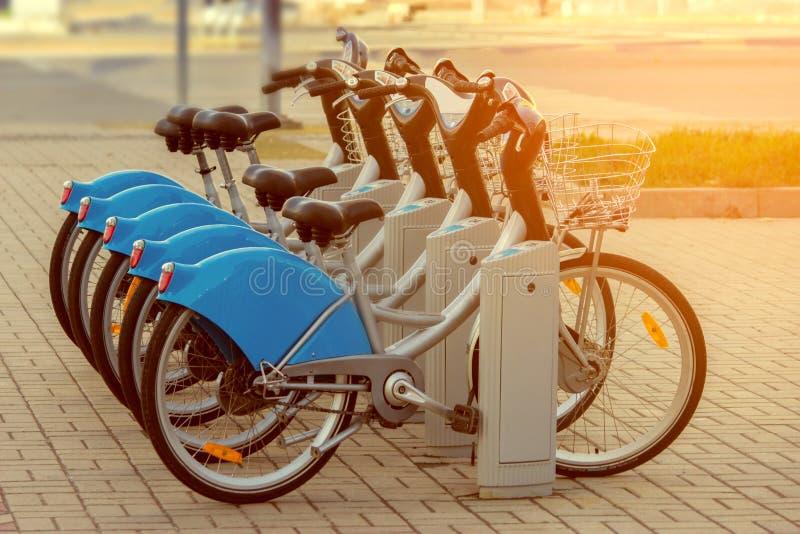 Les bicyclettes sont type de transport en commun écologique et sportif photos libres de droits