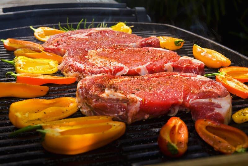 Les biftecks de Ribeye font cuire sur le gril image stock