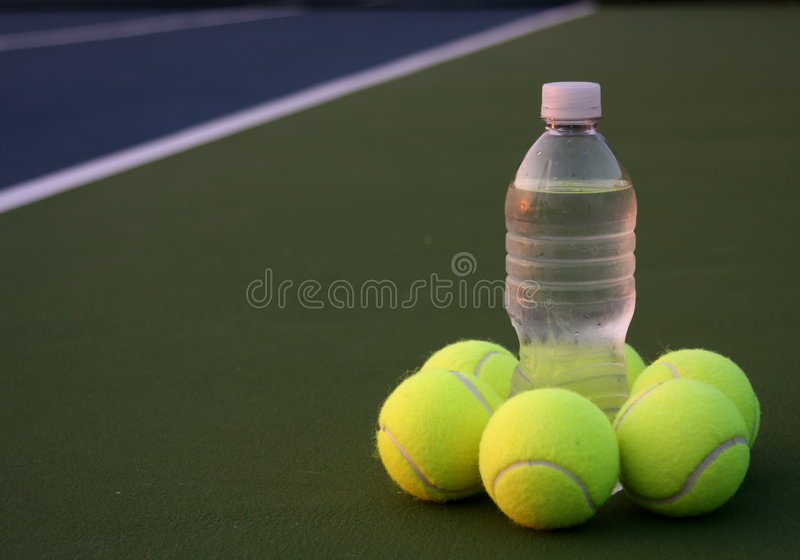 les billes mettent l'eau groupée de tennis images libres de droits