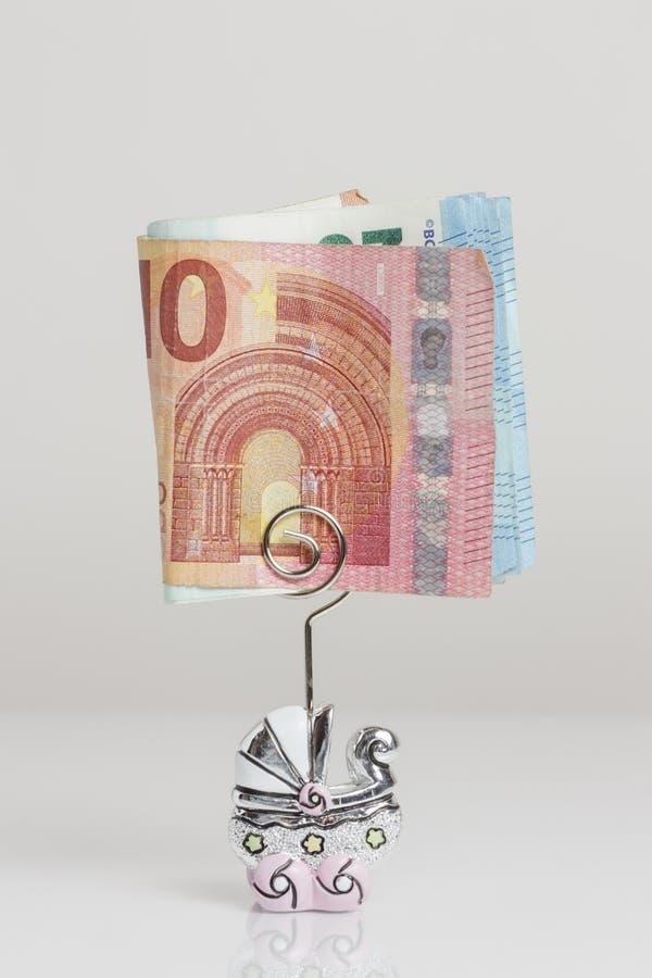 Les billets de banque se sont pliés dans une poussette formée épousant la faveur sur un fond blanc photo libre de droits
