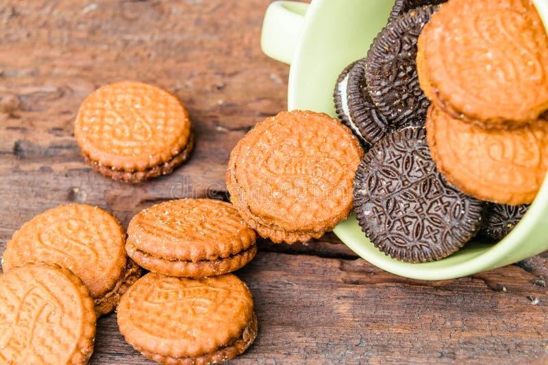 Les biscuits écrèment dans la tasse photos stock