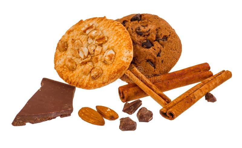 Les biscuits avec des écrous et des tranches de chocolat sur un blanc ont isolé le fond photo libre de droits