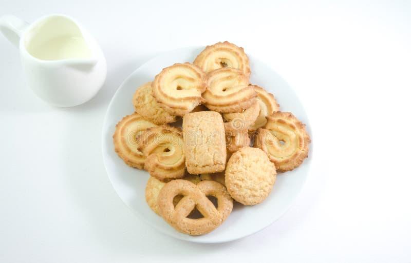 Les biscuits danois seved avec la cruche de lait sur le backgro blanc images libres de droits