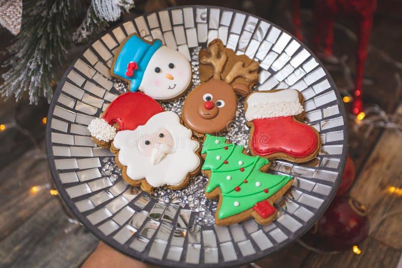 Les biscuits de pain d'épices glacé par le sapin de Noël photo libre de droits