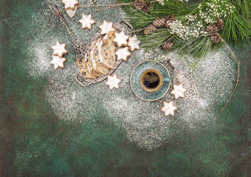Les biscuits doux d'étoile de nourriture de Noël durcissent la décoration de café de Stollen images stock
