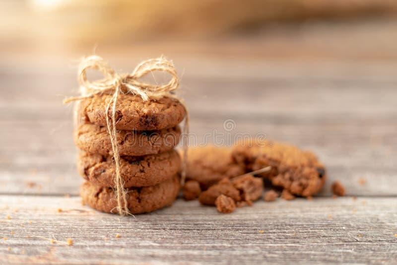 Les biscuits empilés emploient une corde attachée sur une table en bois photographie stock libre de droits