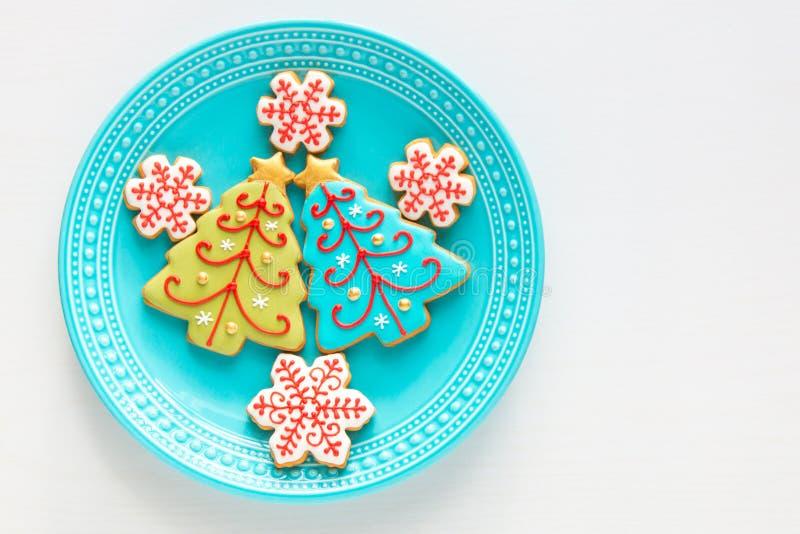Les biscuits faits maison d'arbre de flocon de neige de Noël et de Noël plat dessus photos stock